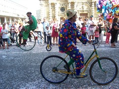 2013.08.18-028.4 Fietsende Clowns