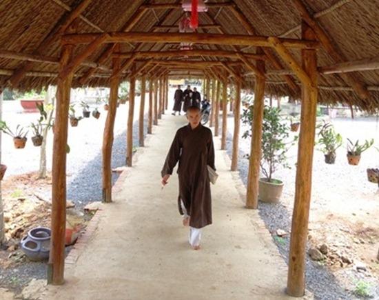 cuoc-song-xuat-gia-an-lac-chon-thien-mon (3)