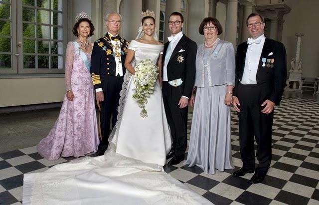 Los padres de los novios se unieron a ellos en el posado oficial. A la izquierda, los reyes Carlos Gustavo y Silvia, y a la derecha, Olle y Ewa Westling