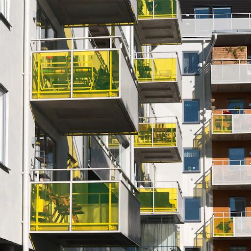 Balkonger med gult plexiglas vid Fyrisvallen