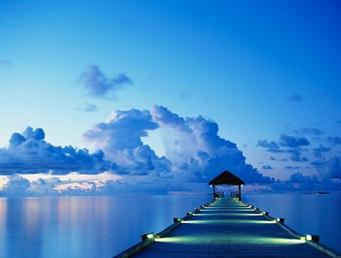Um atracadouro ao pôr-do-sol na Ilha de Areias Brancas das Maldivas.