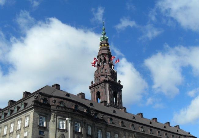 Fødselsdagsflag i toppen af Christiansborg
