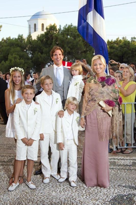 ablo de Grecia, hermano del novio, y su mujer, Marie Chantal, con sus hijos  María Olympia, Constantino, Akilleas, Odiseas y Aristides