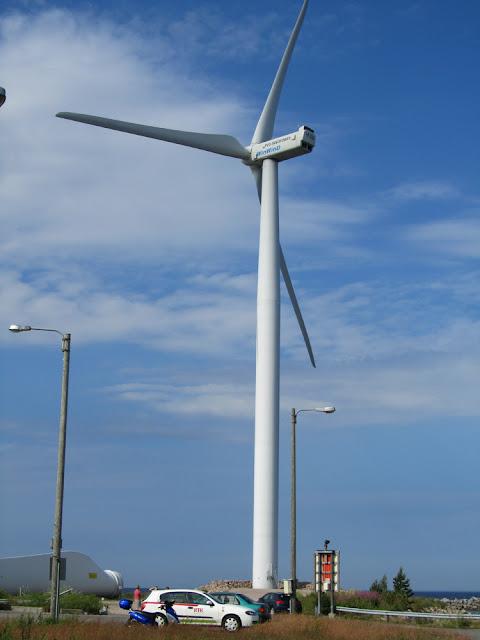 Ветряк на паромной переправе, длина одной лопасти 45 метров..jpg
