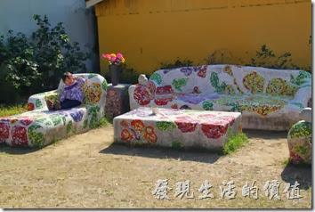 台南-土溝村。磁磚砌成的石桌石椅,是許多遊客喜愛乘坐的景點之一,但夏日豔陽之後的熱度可是會讓人不敢領教的。