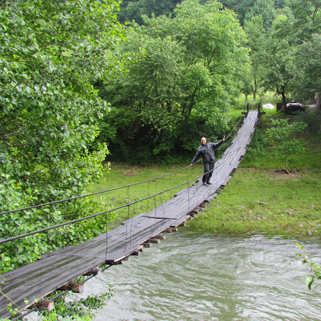 פלדמן על גשר החוצה את נהר וידומה.jpg