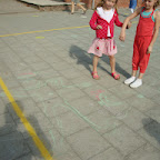 Het eerste leerjaar tekent elkaar op de speelplaats