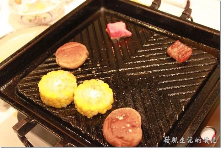 日本北九州-由布院-彩岳館。5.強肴─主食鐵板燒,有和牛肉、香菇及玉米。