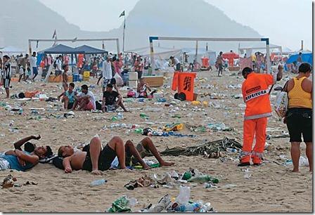 lixo na praia 2