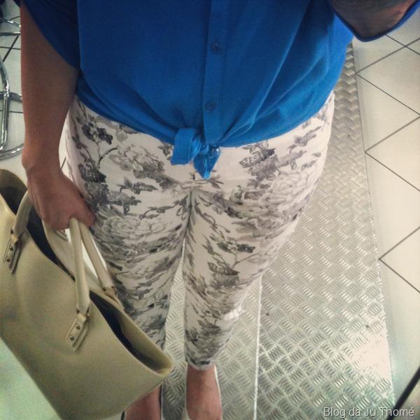 look detalhes calça estampada e camisa azul