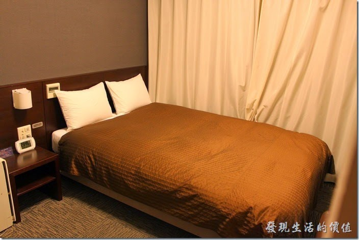 【博多祇園Hotel東名inn】兩人客房的房間超小,就連床鋪也好小,夫妻兩人抱在一起睡沒關係,要是兩個大男人就覺得尷槓了。