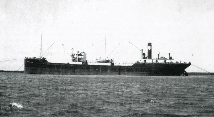 1956. Puerto de Huelva. El VICTOR DE CHAVARRI en espera de carga. Del libro ALTOS HORNOS DE VIZCAYA, SA. HISTORIA DE SU FLOTA.jpg