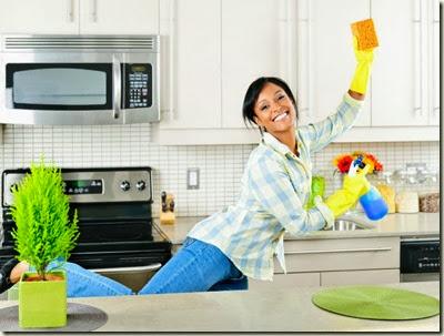 mujer_limpiado_cocina