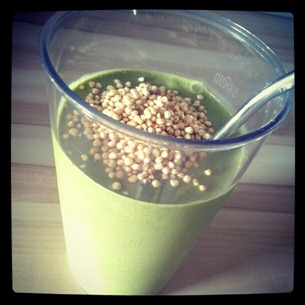 5 Power-Smoothie garniert mit gepufftem Quinoa