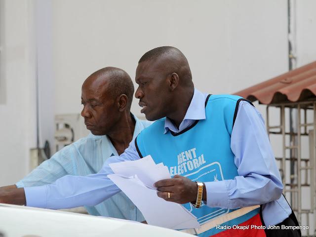Un agent électoral de la Ceni assiste un candidat à la députation Nationale 2011, au Bureau de réception des candidatures. Radio Okapi/ Ph. John Bompengo