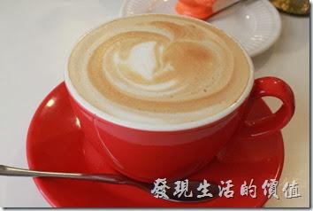 台南-沛里歐咖啡館。熱卡布其諾咖啡,味道還滿香醇的,但稍帶點苦味、牛奶味道不重。