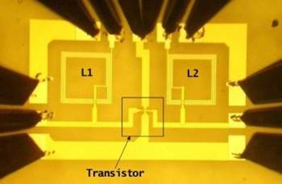 transístor de grafeno e um par de bobinas