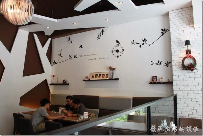 台南-綠帕克咖啡館一樓的裝潢,在白色的牆壁上還貼上了黑色的剪影,讓人不會有緊迫感。