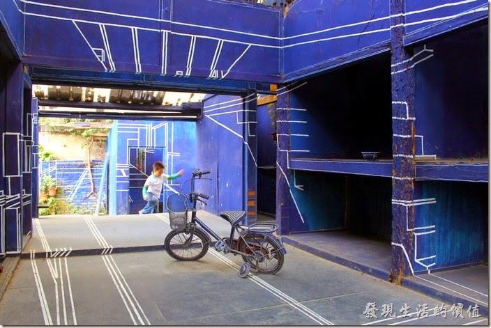 台南-西門路上司法宿舍群的藍晒圖2.0。小朋友在「藍晒圖2.0」的圖畫內奔跑固然愜意,但真的要注意安全,因為到處都是高高低低的地方,很容意跌倒,有些地方比較低,也容易撞到頭。