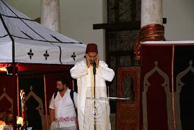 Almuédano realizando el adan (llamada al azalá).