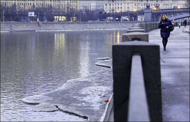 A small amount of ice clings to the banks of the Moskva river. Russia had its warmest winter on record in 2014-2015. Photo: Anton Novoderezhkin /  ITAR-TASS