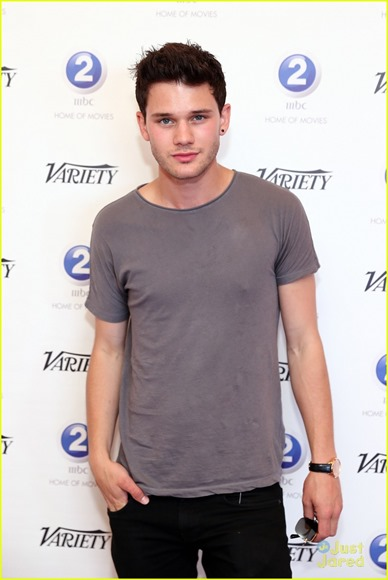 jeremy-irvine-chopard-award-winner-11