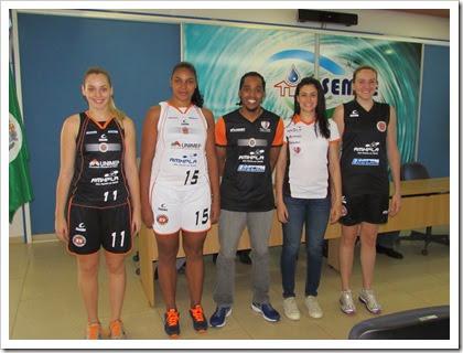 Novos unformes apresentados pelas atletas Brenda, Sheila, Kiara e Carina, junto com o assistente tecnico Marquinhos