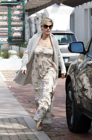 Elsa Pataky seen out lunch wearing long floral l23WA8OhCr_l