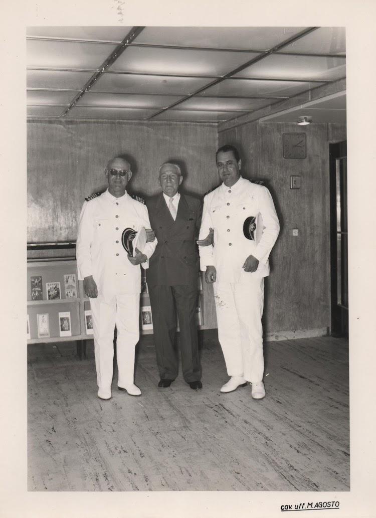 CABO DE HORNOS. Capitan Losada a la izquierda y el el centro inspector Jesus Bilbao Muñarriz. Los dos de Plentzia. Foto Angel Maruri.jpg
