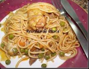 Asas de frango guisadas com esparguete