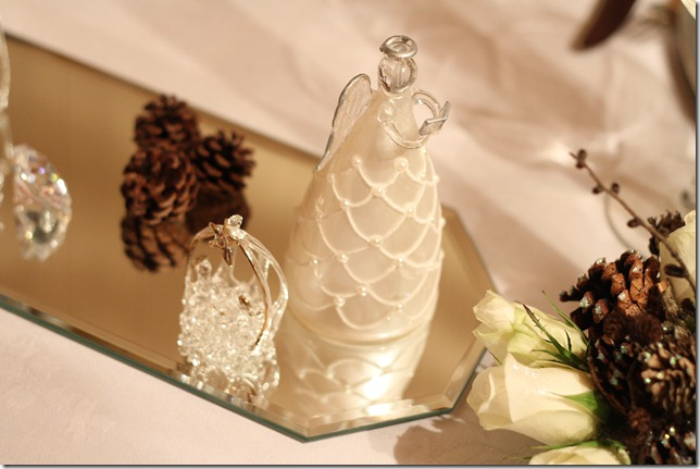 hvitt bord pyntet med sølv, kongler, diamanter og snø  IMG_0759