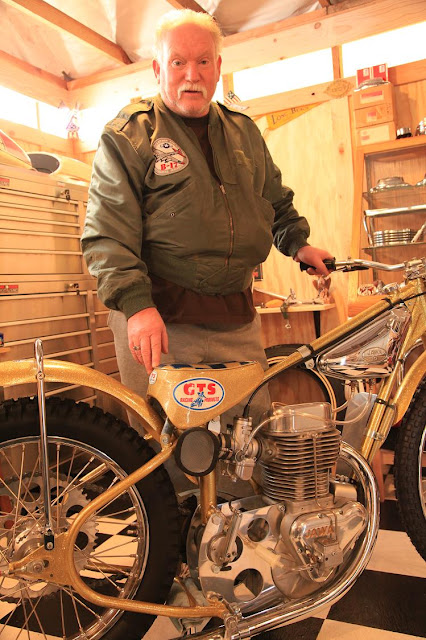 Ian- another friendly, and helpful biker that ive met in the USA, posing next to his Jawa racing bike (works on Methanol..).jpg
