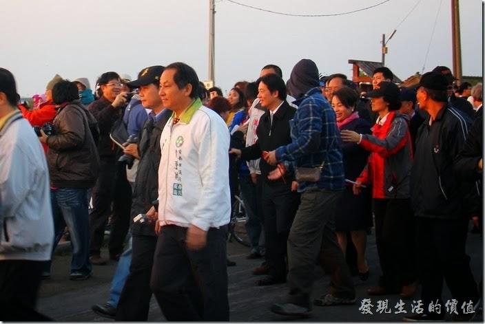 台南-2013井仔腳瓦盤送夕陽。台南市長賴清德親臨現場與民眾一同送走2013年的夕陽。