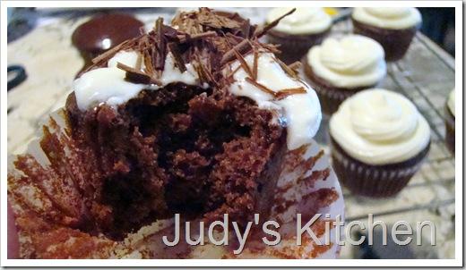choc cupcakes w wh choc cr ch frosting (4)