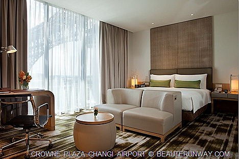 CROWNE PLAZA HOTEL CHANGI AIRPORT DELUXE ROOM STAY SINGAPORE DOUBLE BED AZUR RESTAURANT BUFFET BRUNCH BATH TUB SWIMMING POOL