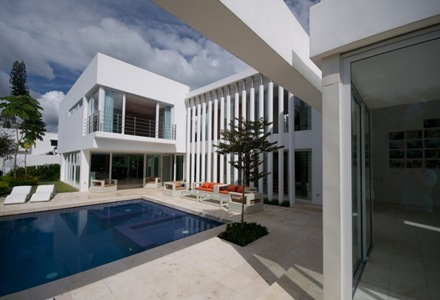 fachada-casa-con-piscina