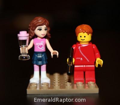 Sammenlikning av lego friends-figur og vanlig legofigur