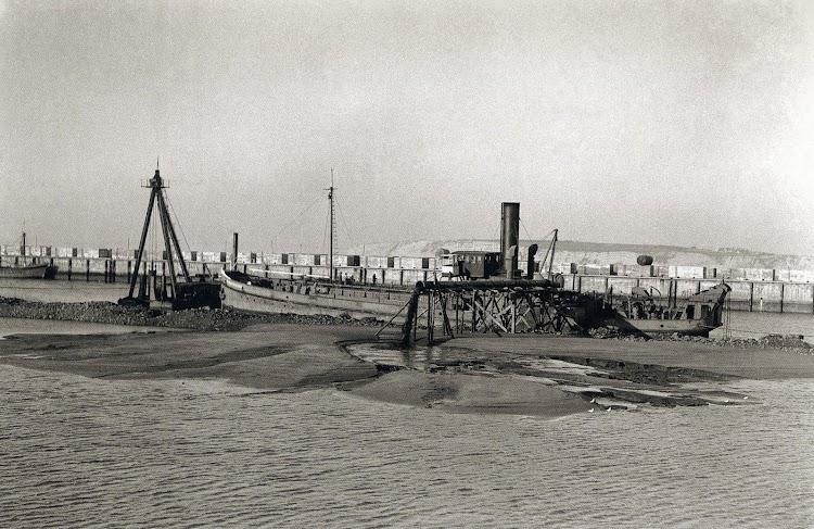La draga CONSULADO DE BILBAO. Foto del libro Puerto de Bilbao, una Memoria Visual.jpg
