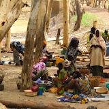 Au bord du Bani, les femmes font sécher et salent le capitaine, poisson péché par les pêcheurs dans le fleuve, afin de le revendre dans les terres