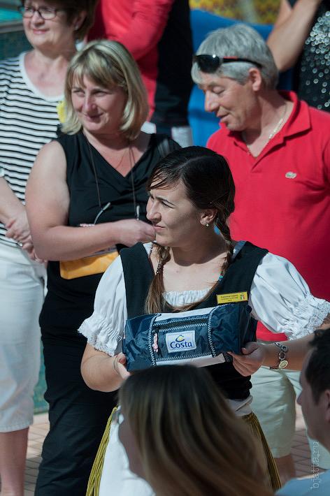 16. Девушки мигом переоделись в традиционные наряды и праздник начался. Октоберфест в феврале на Costa Concordia.