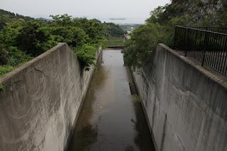 天端より下流側の洪水吐を望む