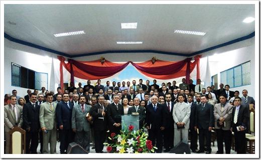 Foto---Pastores-Martim-Alves-e-Alfredo-Luiz-ladeados-por-lideranças-evangélicas-do-Alto-Oeste