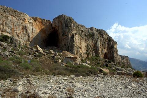 La Grotta del Cavallo e sullo sfondo la Grotta dei Santi