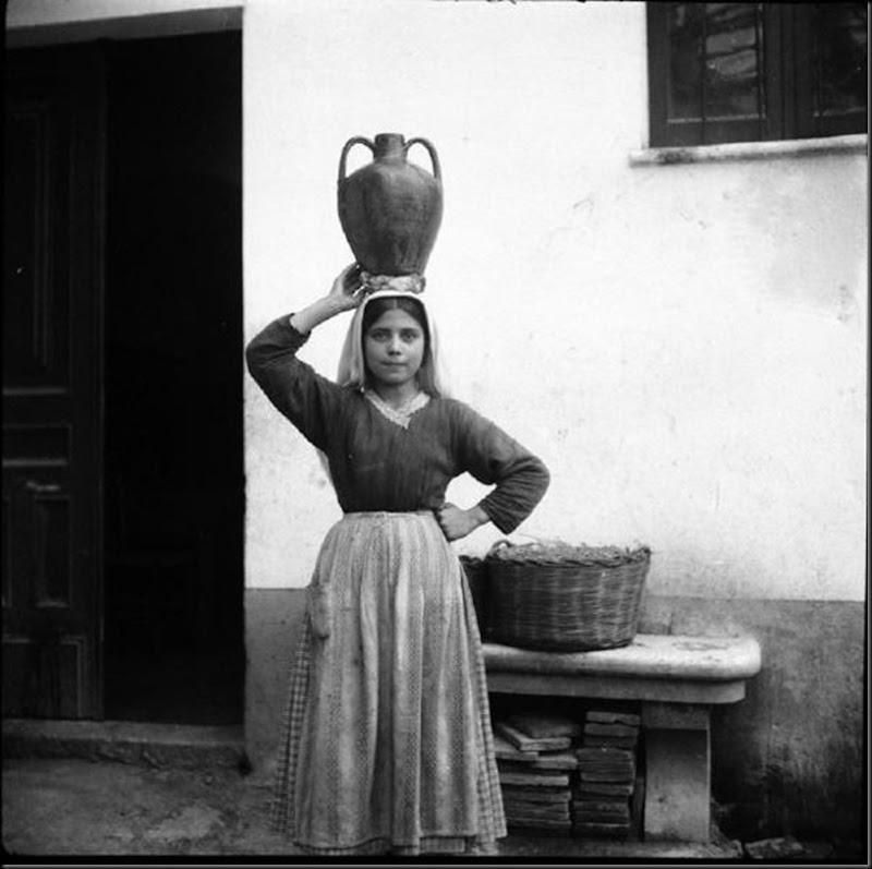 © Ugo Pellis-Museo delle Culture, Lugano, Switzerland. - Ragazzina con brocca (kadinu) - Baunei - 13 Marzo 1934