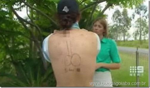 tatuou-um-penis-nas-costas-do-amigo