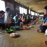 写真6: ブカタンのロングハウスでの共食の様子 / Photo6: A scene from communal meal at the longhouse of Bekatan