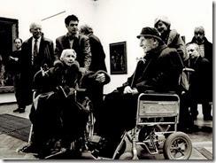 Charlotte van Pallandt (entonces 96) y Kees Verwey (entonces 94), visitando una exposición de George Hendrik Breitner en el Stedelijk Museum - 1995