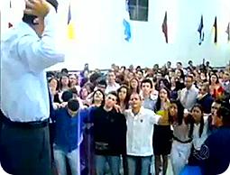 Durante 40 minutos, imagens de pessoas caindo viraram deboche na tela da Record.  (Foto: Reprodução de TV)