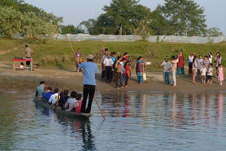 Canoe peste rau