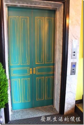 墾丁冒煙的喬雅客商旅。就連電梯也是很有風格。
